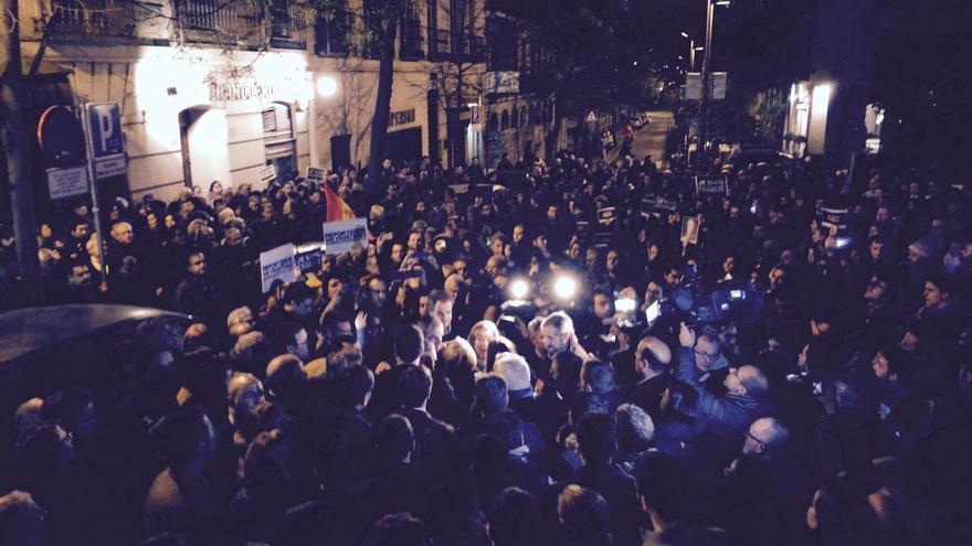 Los asistentes a la protesta contra el ataque a Charlie Hebdo, ante la embajada francesa / Mario Pais
