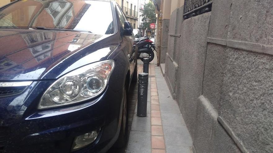 En algunas calles del barrio las aceras son tan estrechas que no merecen ni ese nombre. En la imagen, calle Molino de Viento | SOMOS MALASAÑA