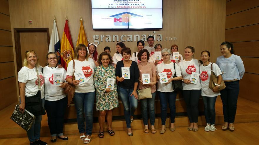 La consejera insular de Vivienda, Minerva Alonso y miembros de la Plataforma Stop Desahucios de Gran Canaria