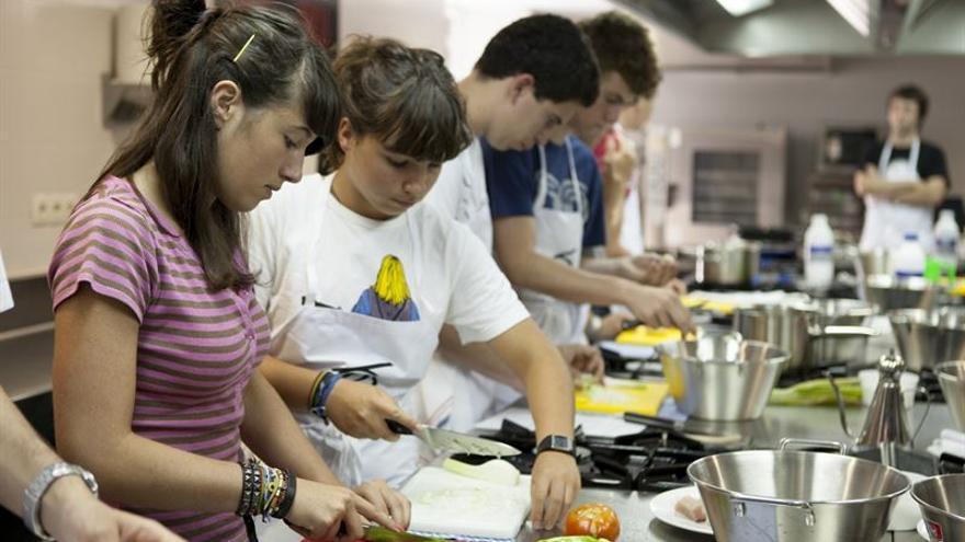 Los jóvenes participantes deben reelaborar una receta de sus abuelos.