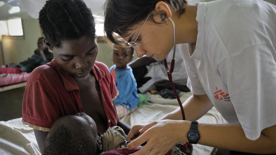 En la última década se ha logrado avanzar en la lucha contra la enfermedad. Así, entre 2000 y 2012, la mortalidad por malaria disminuyó en un 45% según el Informe mundial sobre Malaria 2013 de la Organización Mundial de la Salud. La doctora Luisa Carnino examina a Michel un bebé de ocho meses de edad en los brazos su madre Jeanne Elise en el hospital de Niangara en República Democrática del Congo. Michel padecía malaria muy grave y llegó a urgencias en estado crítico. Tres días más tarde, se había recuperado y estaba casi listo para salir del hospital. Fotografía: Robin Meldrum/MSF