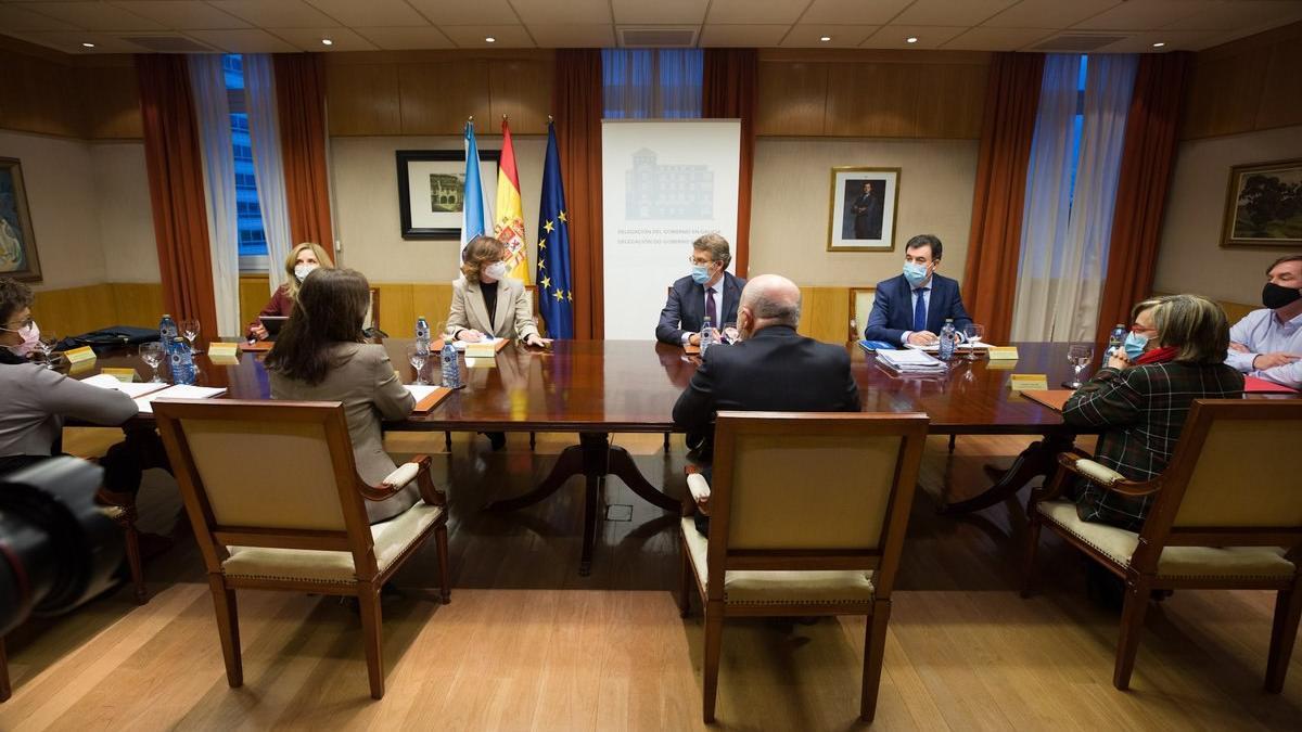 Imagen de la reunión en la que Calvo y Feijóo se han enzarzado a cuenta del futuro del Pazo de Meirás.