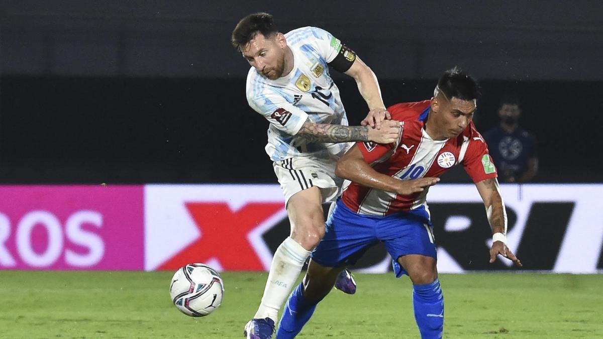 Messi no pudo hacer pesar su talento ante la dura marca paraguaya.