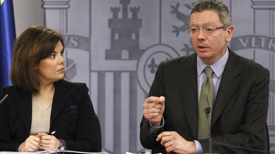 La vicepresidenta del Gobierno, Soraya Sáenz de Santamaría, y el ministro de Justicia, Alberto Ruiz-Gallardón, durante la rueda de prensa que han ofrecido tras la reunión del Consejo de Ministros celebrada hoy en Madrid. EFE