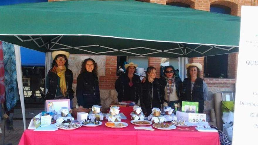 Algunas de las mujeres que forman Driadas en la pasada Feria de Economía Solidaria celebrada en Madrid.