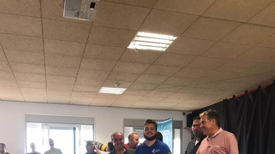 Daniel Guerra (c), campeón de Canarias Sub.2200, con el presidente de la Federación Canaria de Ajedrez, José Carlos Martín (i), y otras autoridades, tras ganar el 'II Open de Ajedrez Ceo Puerto Cabras 2017', disputado en Fuerteventura.