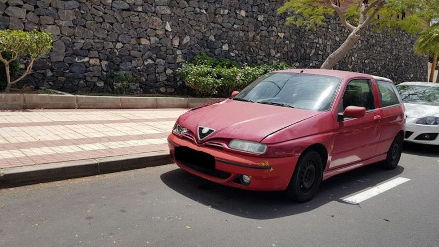 Vehículo rojo de la marca Alfa Romeo que pudo ocasionar el choque con el menor