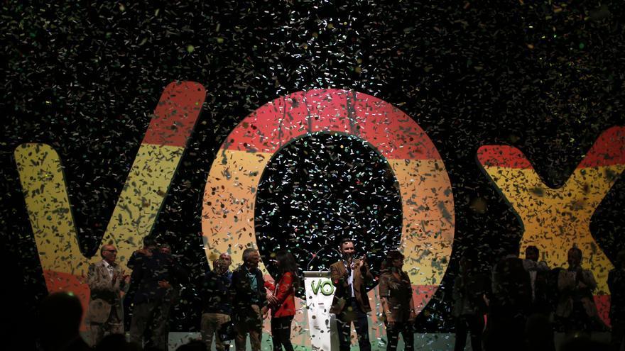Los dirigentes de Vox, con Santiago Abascal, aplauden al público en el mitin de Vistalegre.