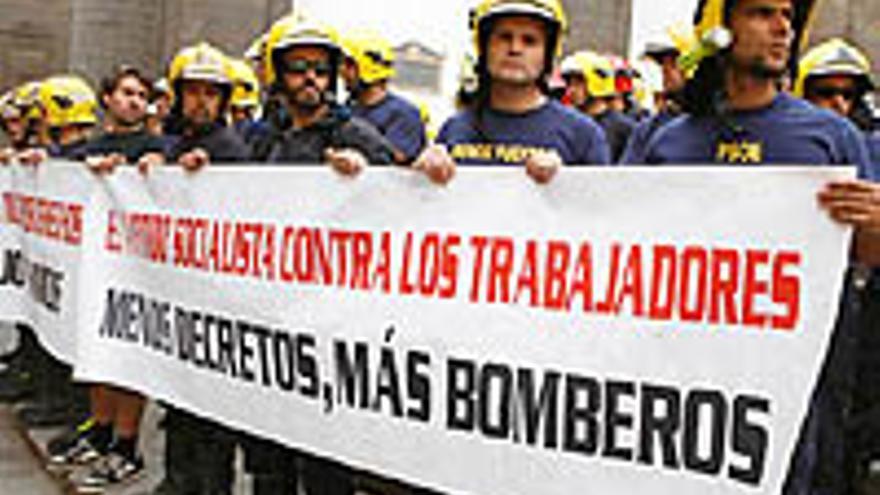 Protesta de los bomberos este lunes.