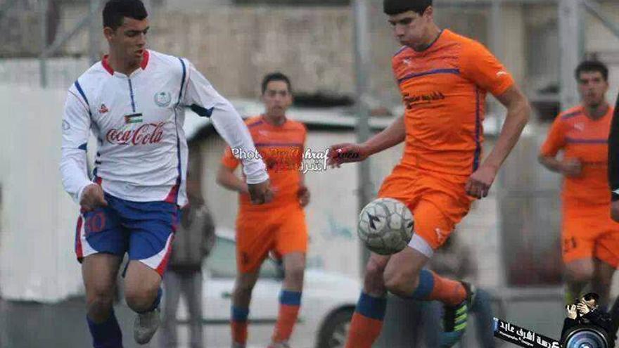 Yawar Nasser Yawar a la izquierda jugando futbol/ Imagen cedida por la familia