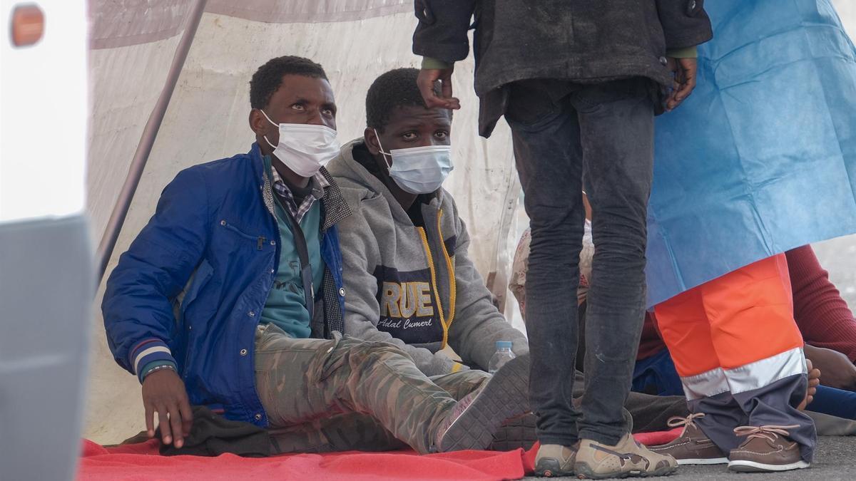 La Salvamar Macondo, de Salvamento Marítimo, ha desembarcado a las 12.30 horas en el puerto de Arguineguín (Gran Canaria) a 25 inmigrantes de origen subsahariano