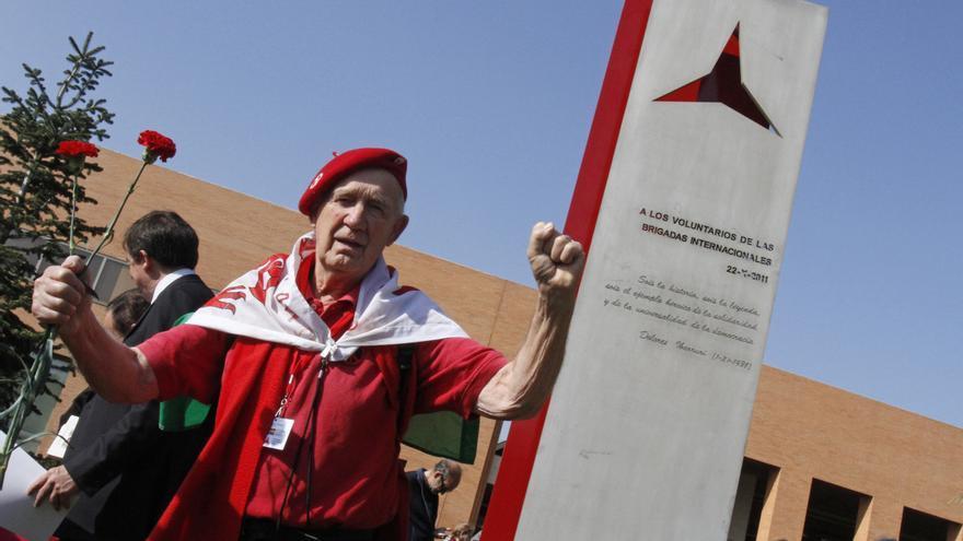 Un brigadista escocés, durante la inauguración en octubre de 2011 en la Universidad Complutense de un monumento a las Brigadas Internacionales. EFE/Víctor Lerena