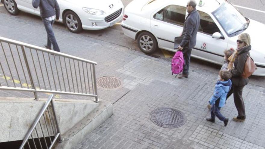 Un hombre herido al caerle encima el cartel del Hospital Clínico de Zaragoza