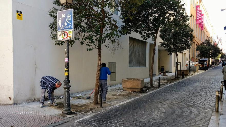 Obreros trabajando en la zona de la valla retirada en Palma | SOMOS MALASAÑA