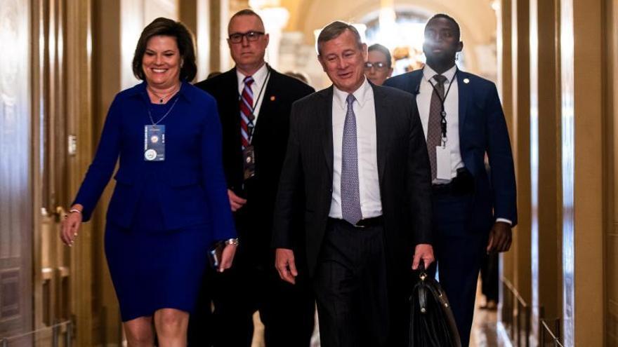 El presidente del Tribunal Supremo, John Roberts, llega al Senado para presidir la sesión del impeachment.