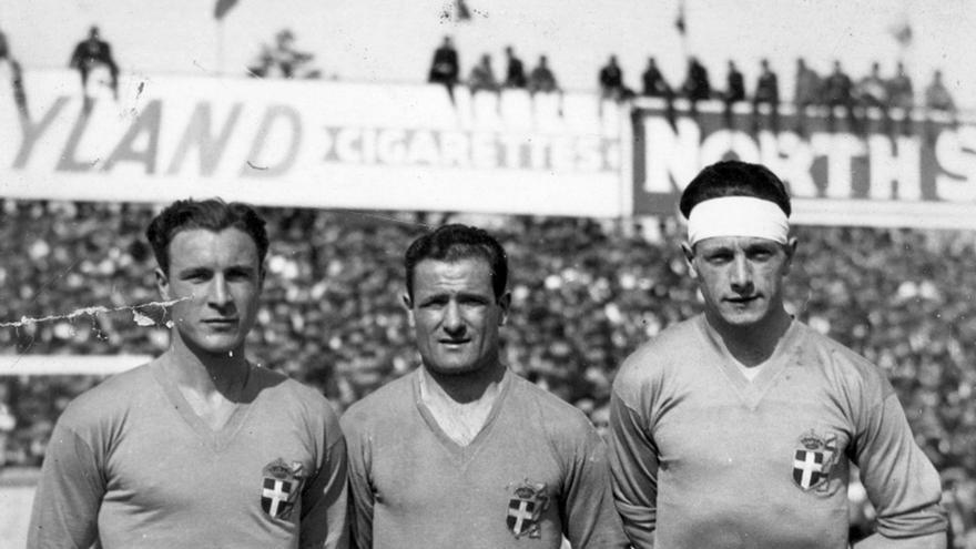 Luis Monti, en el centro, con la selección de Uruguay