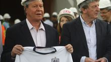 Fotografía de archivo fechada el 16 de febrero de 2014 que muestra al alcalde de Manaos, Arthur Neto (c), mientras posa junto al entonces seleccionador de Inglaterra, Roy Hodgson (d), durante una visita al estadio Arena da Amazonía en Manaos (Brasil).