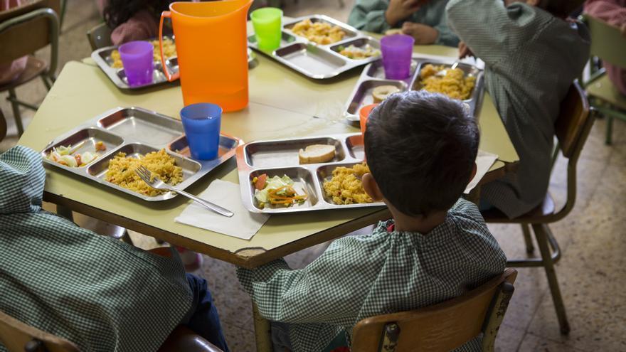 La excesiva burocracia y el desfase de un curso escolar basado en la renta del año anterior dificultan el acceso a las becas y su alcance a las familias más vulnerables © Ayuda en Acción