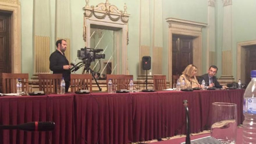 La bancada del PP, con seis sillas vacías, y con los concejales Centeno y Sánchez en su sitio.