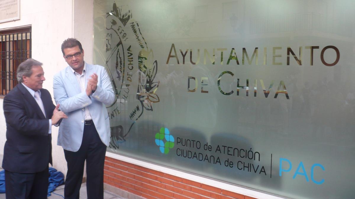 El exalcalde de Chiva, José Manuel Haro, acompañado por el expresidente de la Diputación de Valencia, Alfonso Rus.