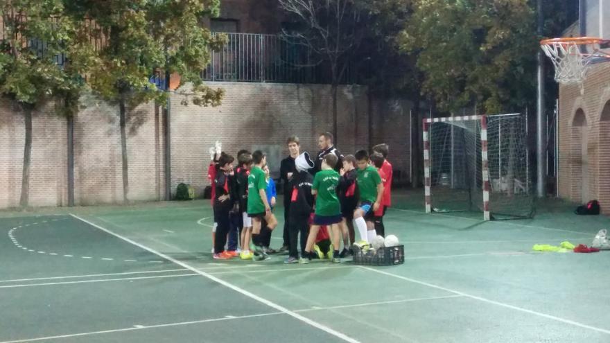 Un grupo de niños del Club Deportivo Racing La Paloma Fútbol Sala, en Madrid. / L. O.
