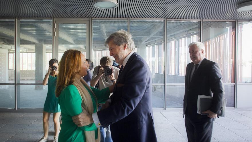 La consejera de Cultura del Gobierno de Aragón, Mayte Pérez, en un encuentro con el ministro del ramo, Íñigo Méndez de Vigo, en 2015.