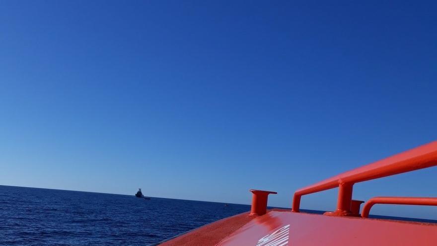 Fallecen dos niños tras el desfondamiento de una patera neumática con más de 50 personas a bordo