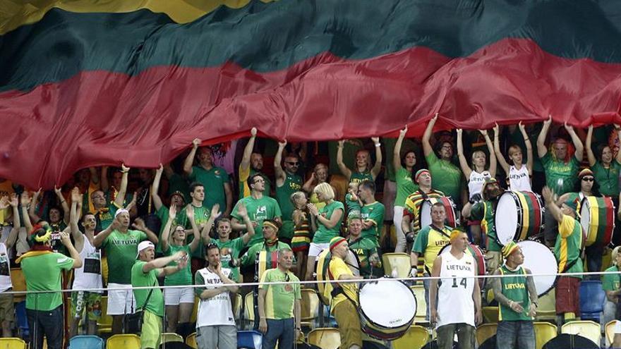 Aficionados de Lituania animan a su selección en el partido del Mundobasket frente a Angola, en el Gran Canaria Arena / EFE