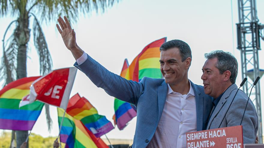 Archivo - El secretario general del PSOE y presidente del Gobierno, Pedro Sánchez,y el alcalde de Sevilla, Juan Espadas, en una foto de archivo, de la campaña de las elecciones municipales de 2019