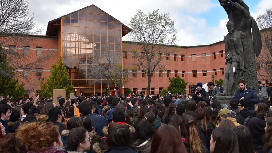 Concentración de estudiantes para pedir la dimisión de Cifuentes y Ramos en el campus de Vicálvaro de la URJC.