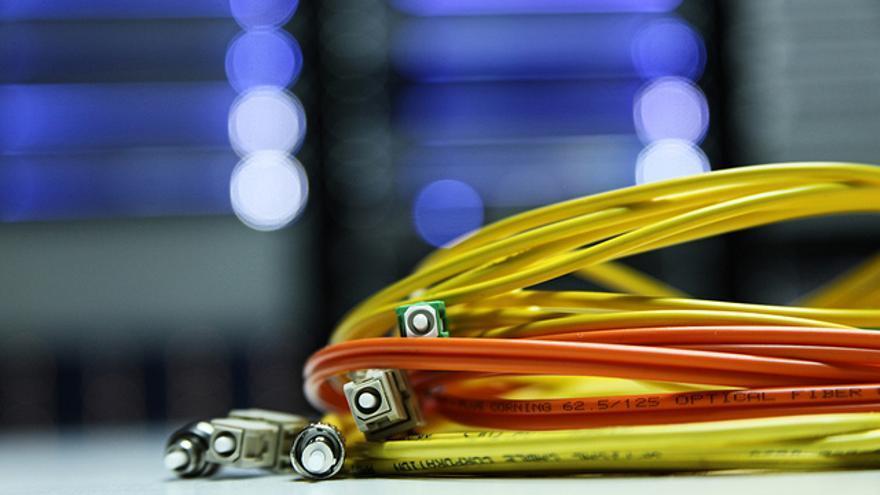 La información que circula en un cable de fibra óptica alcanza un 69% de la velocidad de la luz