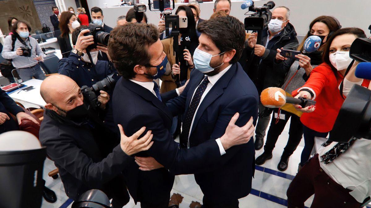 El líder del PP, Pablo Casado saluda al presidente murciano, Fernando López Miras, tras fracasar la moción de censura. EFE/Juan Carlos Caval
