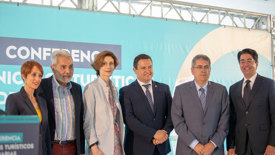 Isabel Oliver Sagreras, nueva secretaria de Estado de Turismo, este viernes en Adeje, junto a alcaldes canarios