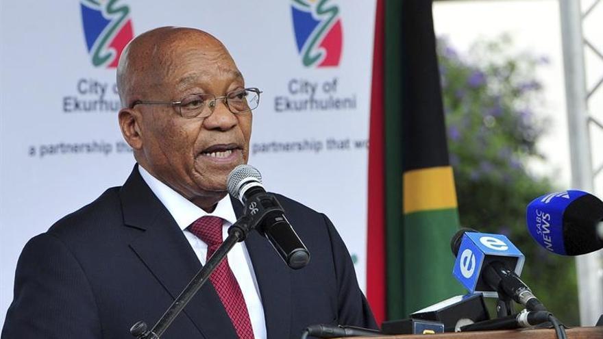 """Zuma denuncia """"racismo"""" en las multitudinarias protestas en su contra"""