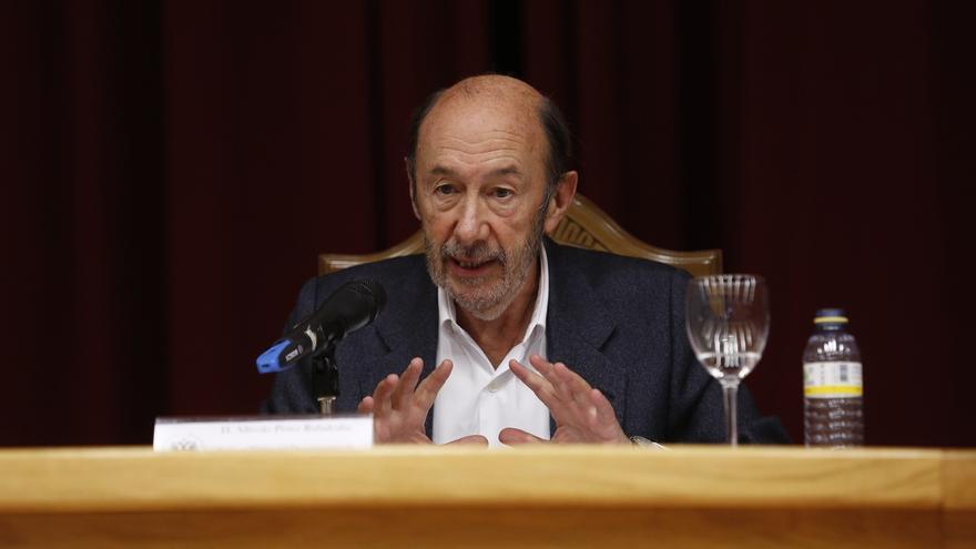Rubalcaba se desmarca de la escuela de gobierno del PSOE que busca escenificar la unidad interna