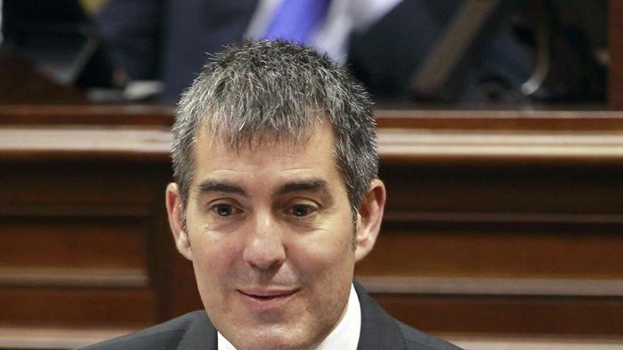 El candidato a presidente del Gobierno de Canarias, Fernando Clavijo, durante una de sus intervenciones en la segunda y última sesión del debate de investidura en el Parlamento. (EFE/Cristóbal García).