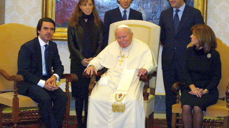 Spanish Premier Jose' Maria Aznar (L) poses for a photo next to Pope John Paul II (C) and Aznar's wife Ana Botella (R) 23 January 2004 in Vatican City during their meeting. Behid are Aznar's daughter Ana (L), her husband (R) and her brother Alonso (C). EPA/MAURIZIO BRAMBATTI