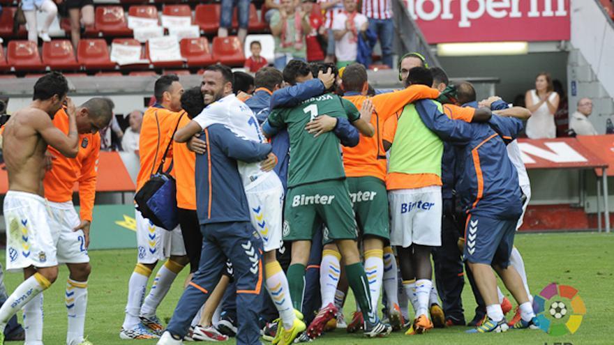 Los jugadores de la UD Las Palmas se abrazan tras la victoria en El Molinón. LFP