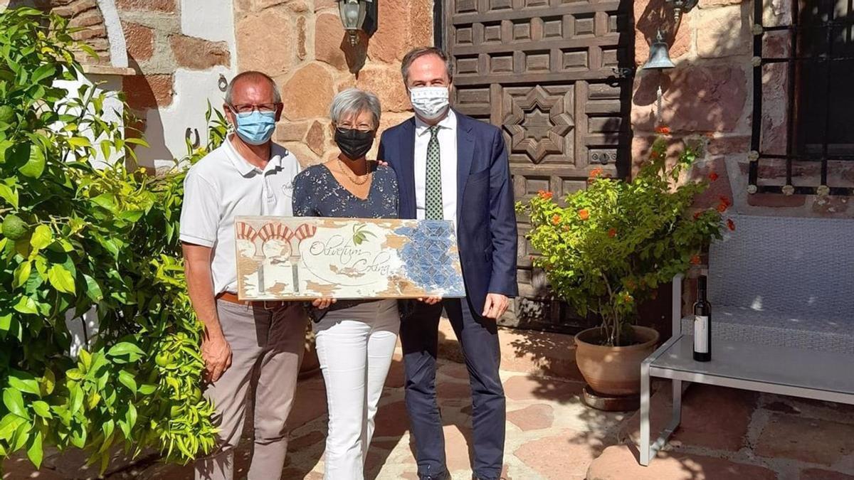 El delegado territorial de Turismo de la Junta de Andalucía en Córdoba, Ángel Pimentel (dcha.), en su visita a Montoro