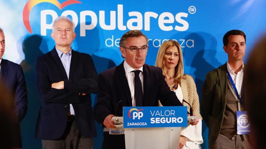 En primer plano, el presidente del PP en Aragón, Luis María Beamonte