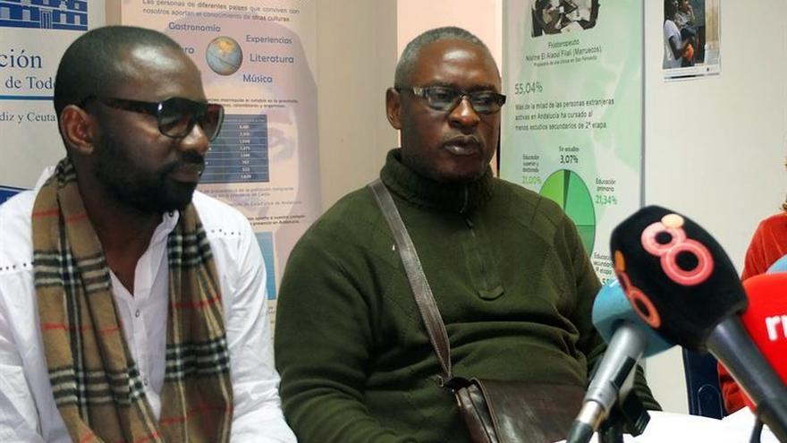Aimé Kabamba, padre y esposo de Samuel y Veronique, junto a su hermano mayor Pierre en la rueda de prensa que ofreció ayer en Cádiz.