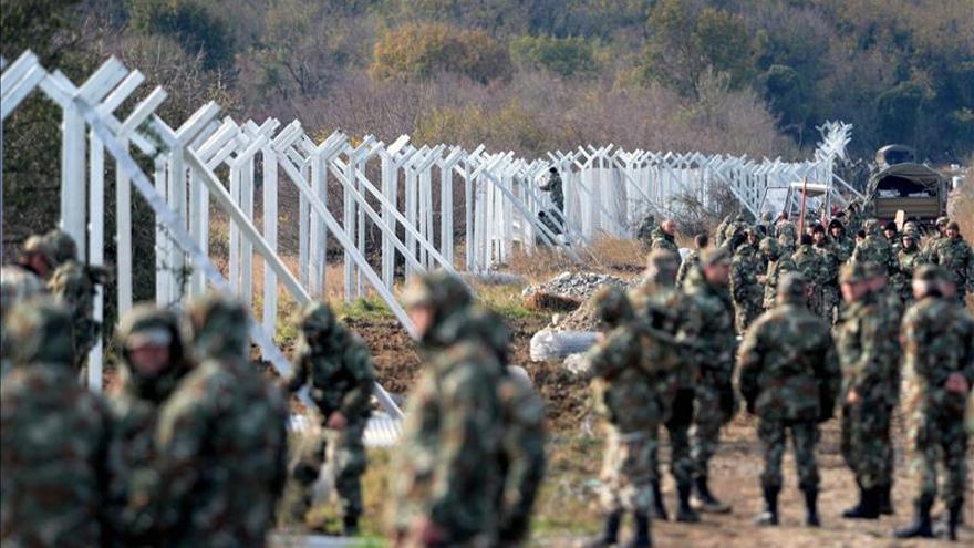 Macedonia comienza a levantar una valla de 4 kilómetros en la frontera