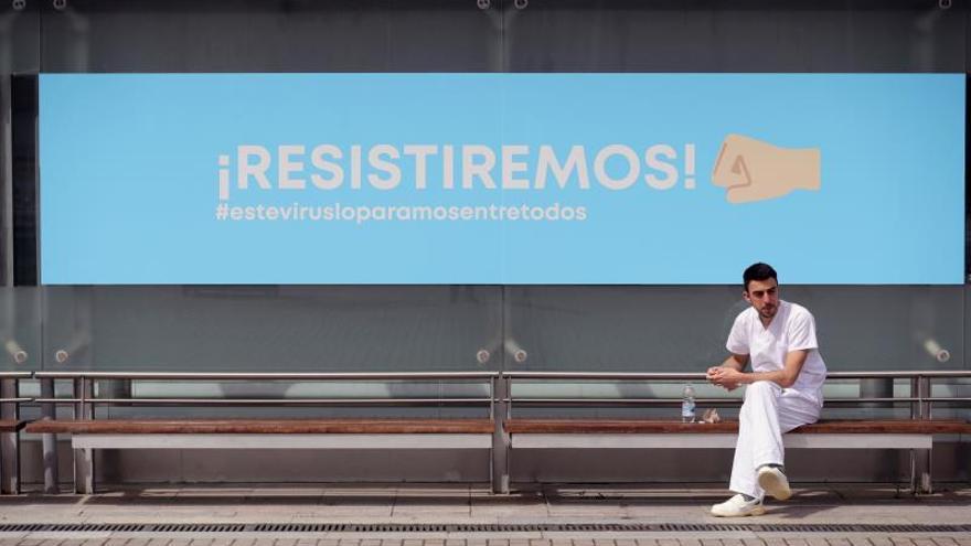Un sanitario se toma un descanso en el hospital temporal de Ifema, habilitado para tratar a pacientes de coronavirus, en Madrid, este viernes.