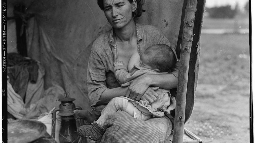 Florence Owens Thompson dando el pecho a su hijo