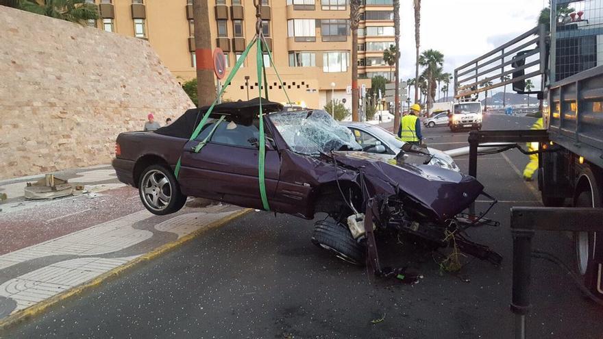 El conductor de la grúa ayudó desinteresadamente a la Policía Local a retirar el Mercedes siniestrado.