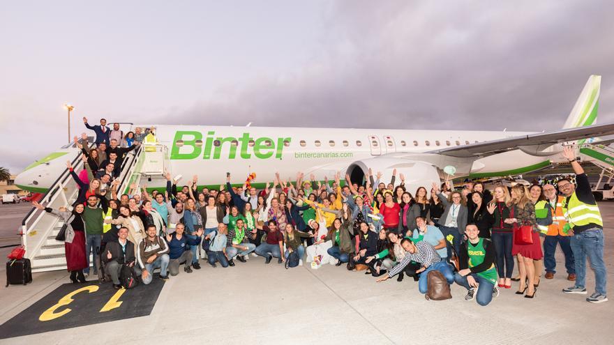 132 trabajadores de Binter han sido los pasajeros del emotivo vuelo inaugural del primer avión Embraer E195-E2 que opera en Europa, y que se ha realizado entre Gran Canaria y Tenerife.