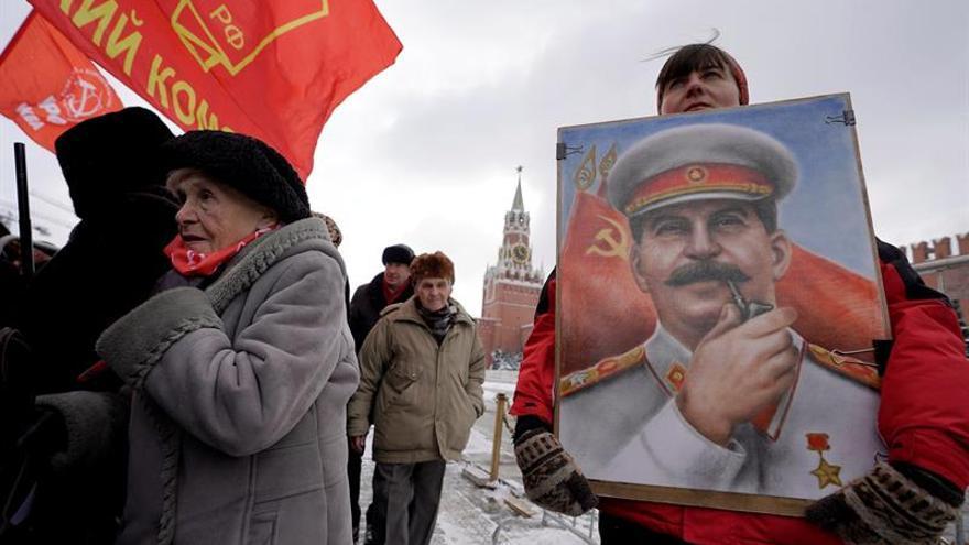 Comunistas llevan flores a la tumba de Stalin en el 65 aniversario de su muerte