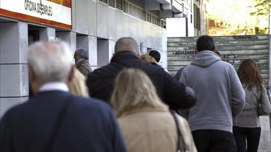 Desempleados hacen cola ante oficinas del INEM (Efe)