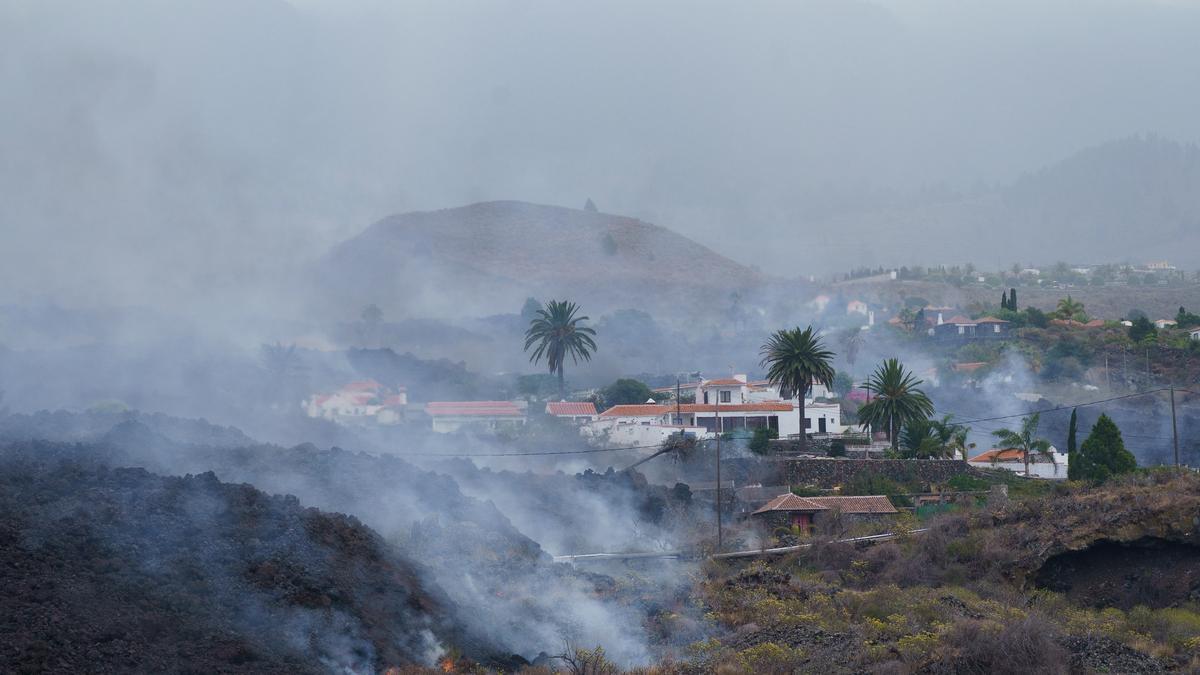 Una colada de lava provocada por la erupción que comenzó el 19 de septiembre en La Palma se desplaza por el bario de Todoque, en el municipio de Los Llanos de Ariadne, donde sus vecinos están siendo desalojados. EFE/Ramón de la Rocha