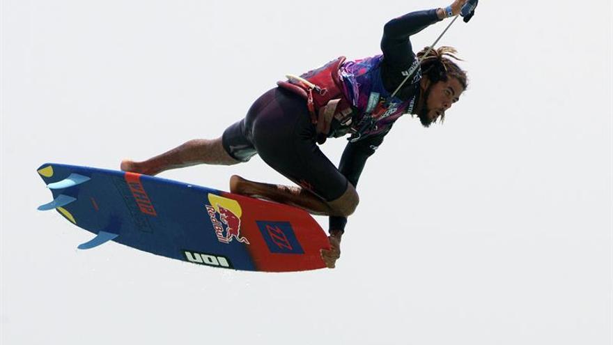 El competidor caboverdiano Airton Cozzolino, durante una de las mangas en la 31ª edición del Campeonato del Mundo de Windsurf y Kiteboard de Fuerteventura. EFE/Carlos De Saá